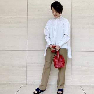 秋素材のバッグとサンダルで白シャツの印象チェンジ!【2020秋のお買いもの】