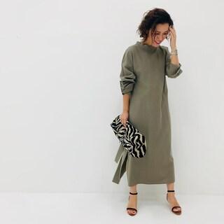 【スタイリスト大草直子】桜の時期に着たい、桜の幹の色「カーキグレー」の服