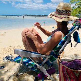 赤のドレスにブルーの水着に、アッパーハイツのデニムのハワイ
