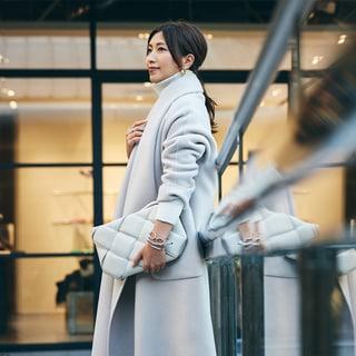【スナップ】冬に映える白のワントーン。スパイス小物で立体的な着こなしに