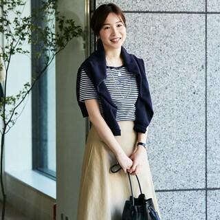 人気ブランドの「着やせスカート」があれば、シンプルカジュアルが華やかに