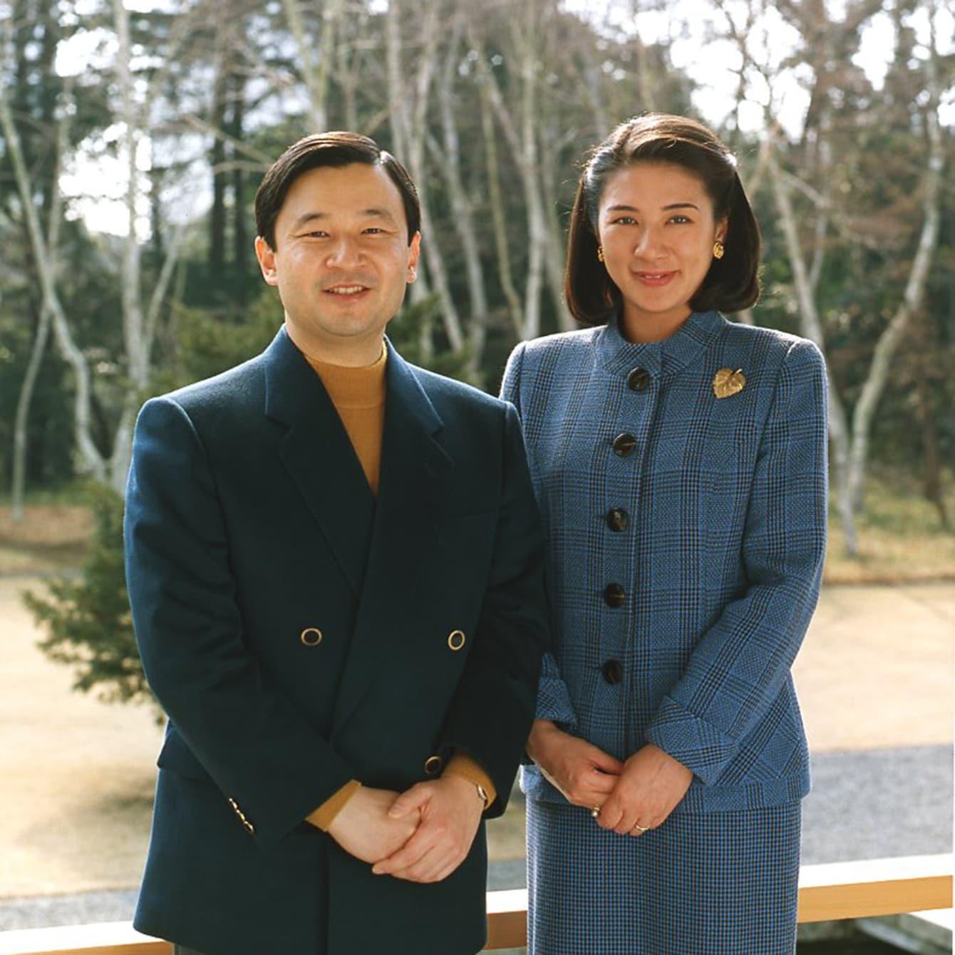 チェック柄のブルーのスーツで皇太子さまのお誕生日の記念撮影を