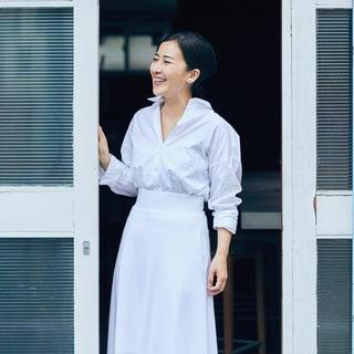 フードディレクター川上ミホさんが着る「白シャツ・パール・赤リップ」の洗練スタイル