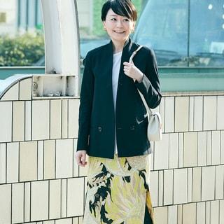 【スナップ】大胆な柄スカートはモノトーンを効果的に使ってオフィス仕様に