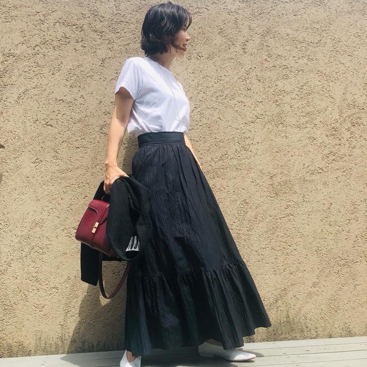 「マキシスカート」で作る夏のワンツーコーデは配色がコツ【エディター愛用3選】