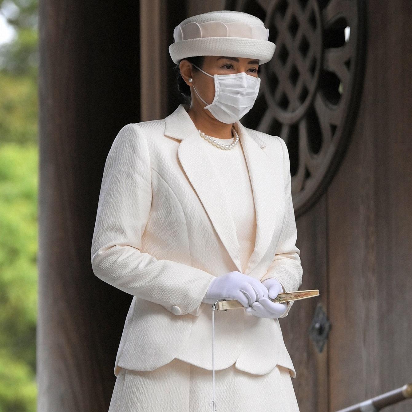 神聖なオフホワイトのロングドレスで皇后としての品格を