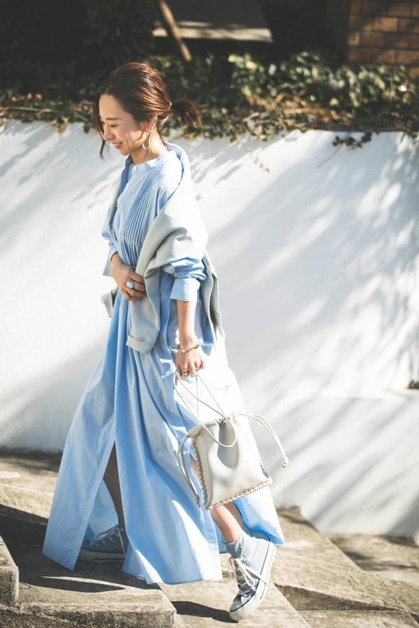 シャツワンピースは「ルフィル」。ほっこり見せない裾のボリュームと清涼感のある配色がポイントスライダー1_1