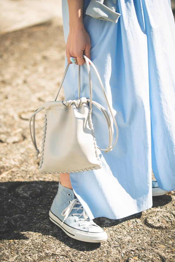 シャツワンピースは「ルフィル」。ほっこり見せない裾のボリュームと清涼感のある配色がポイントスライダー1_2