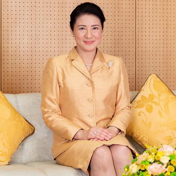 56歳の誕生日、皇后の品格とエレガンスを表すゴールドのスーツで