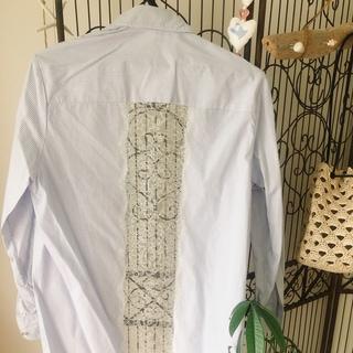 梅雨入り前の肌寒い日のブリッジアイテム、シャツが活躍。