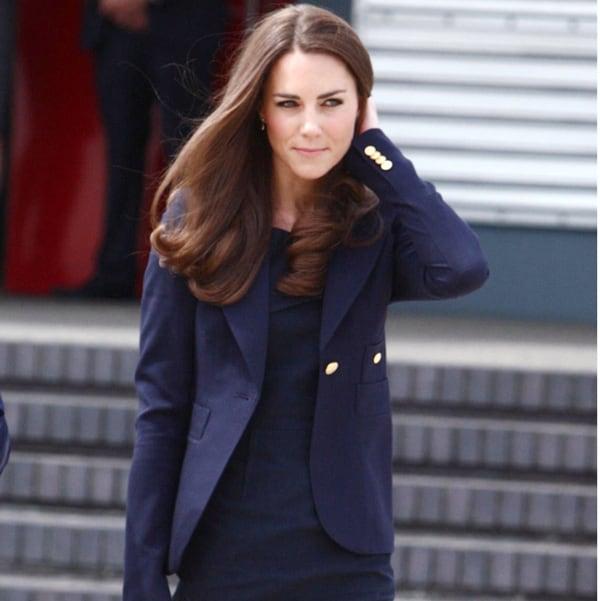キャサリン妃が9年愛用する紺ジャケットの意外なブランド【着回し7選】