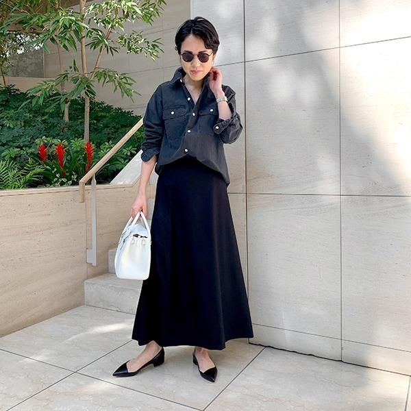 「軽やかな黒」で、いつものシャツを新鮮に【エディター昼田祥子さん】