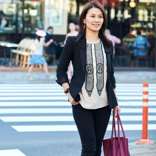 「ジャケット+パンツ」を通勤スタイル。刺繍ブラウスで親しみやすさを
