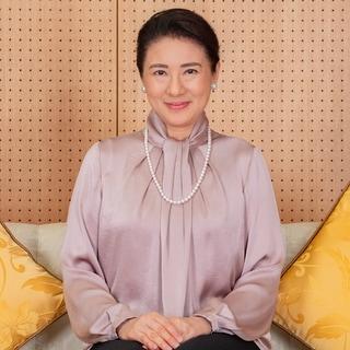 【雅子さまのエレガンス】ボウタイブラウスにパールを合わせた品格ある装い