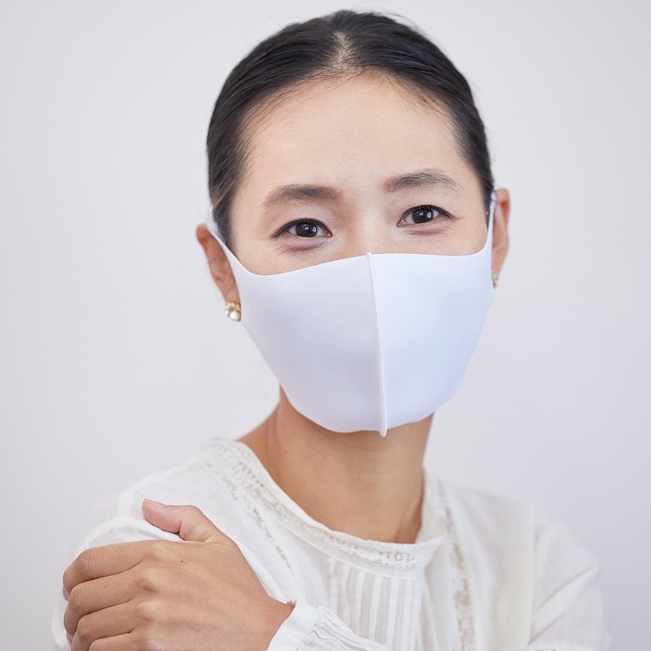【マスクの色別メイク】白マスクには艶&ピンクの王道メイクを