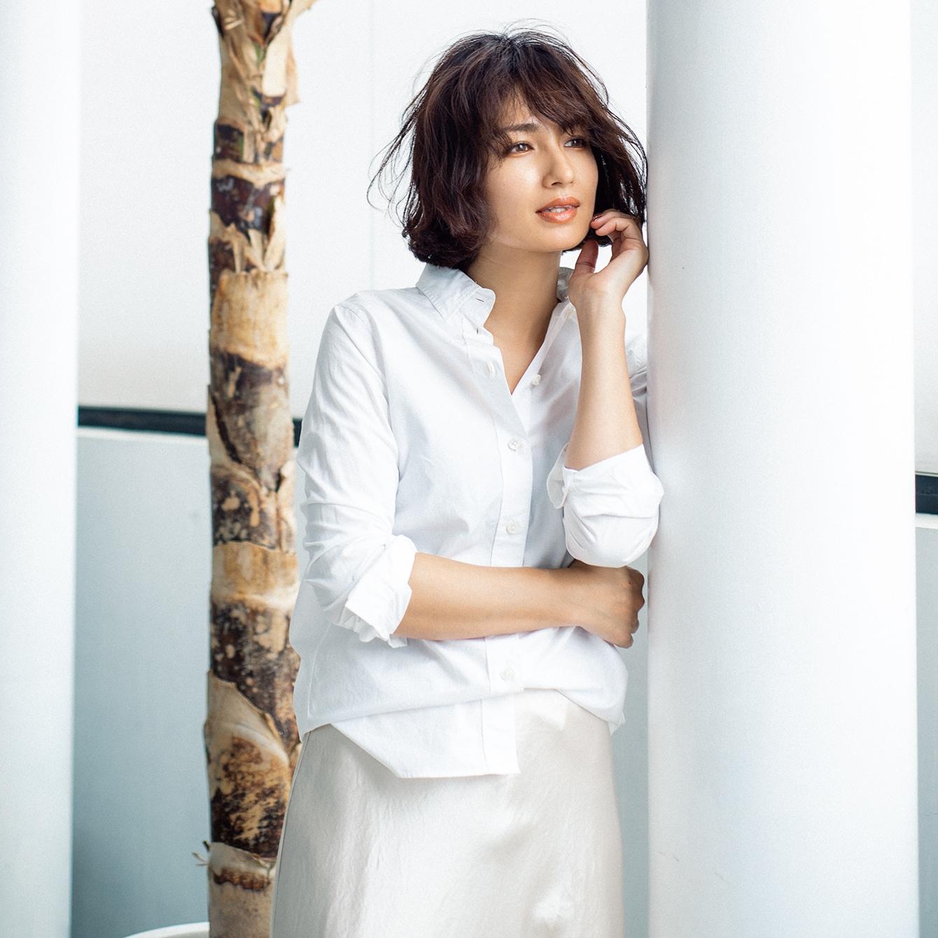 【白シャツ】佐田真由美さんの「Tシャツ代わりに白シャツを着る」方法