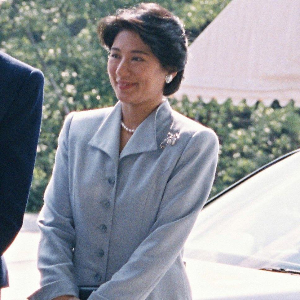 ベルギー・マチルド妃のエスコートはシンプルなブルーのスーツで
