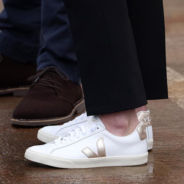 キャサリン妃の愛用白スニーカー2足「意外なこだわりブランド」とは?