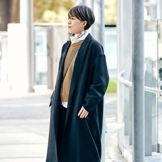 【スナップ】エルメスのカレ70で襟元にポイントを。冬から春へのスイッチ時期の着こなし術