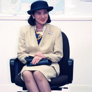 雅子さまの変わらない定番・スカーフ「洋服が華やかになる巻き方とは?」