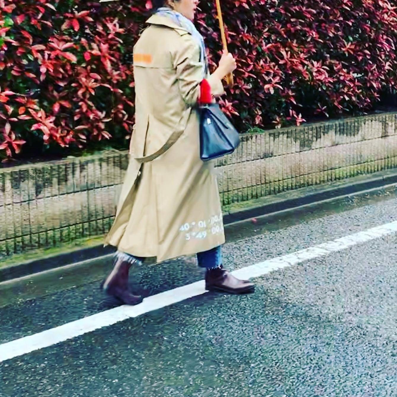 雨の日は、新しいトレンチとエイトンのレインコート【スタイリスト大草直子】