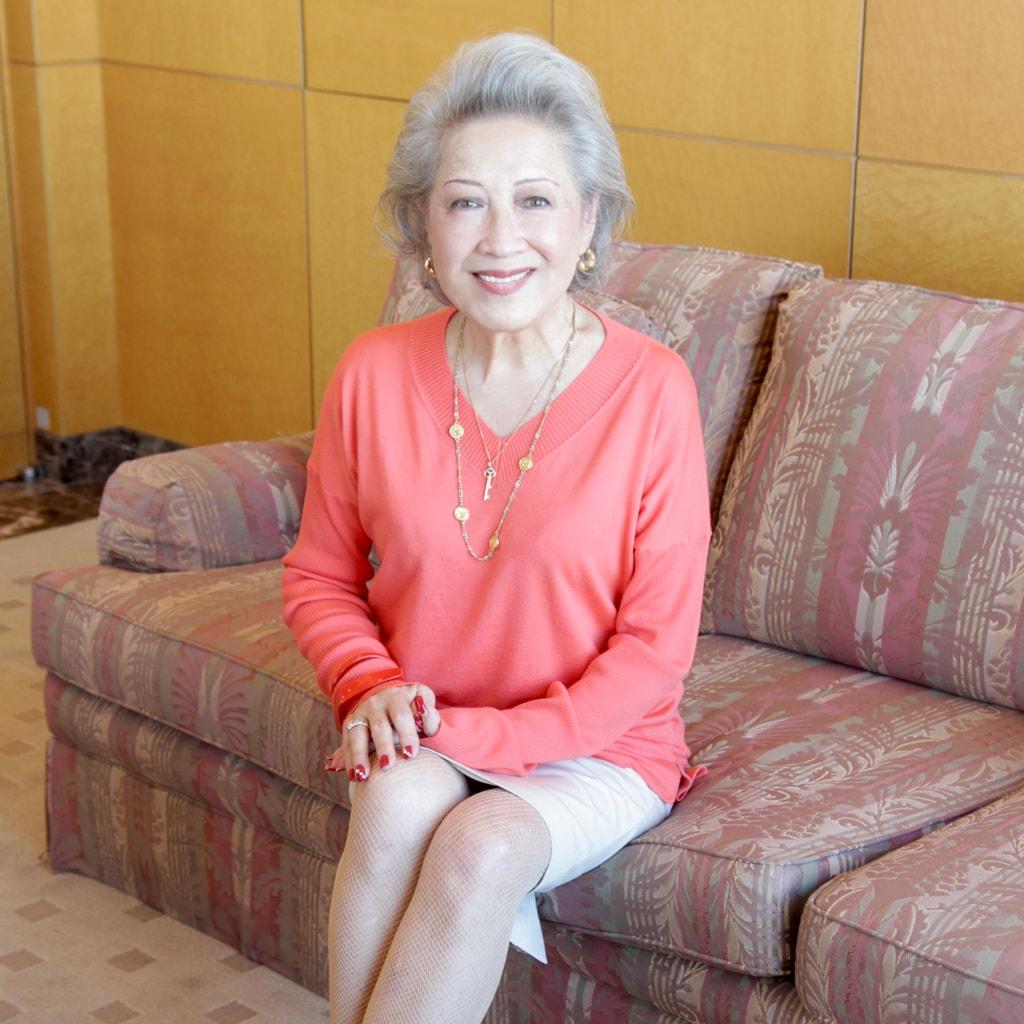 「45歳から白髪に。大切なのは、清潔感と品格」グレイヘアの先駆者・飯野晴子さん