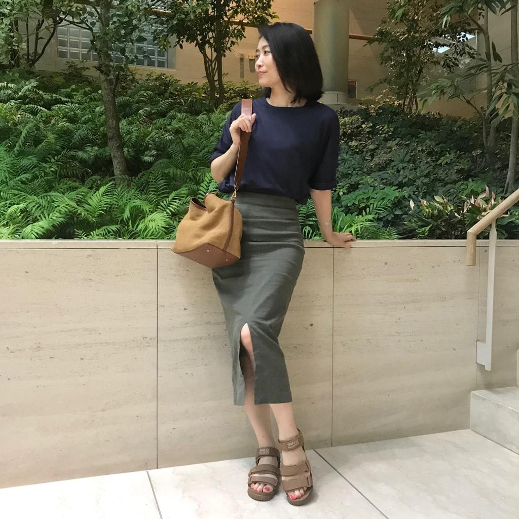 """Tシャツ&スポサンを、どうにか""""お仕事コーデ""""に見せる方法"""