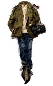 ミリタリージャケットにはファーやパール等小物で女らしさをプラス。
