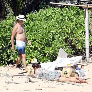 愛妻家ピアース・ブロスナン、妻とビーチで仲良く自主隔離タイムを過ごす