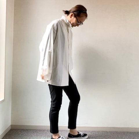 冬の重ね着も便利な「白シャツ」スタイリストの着こなし2選