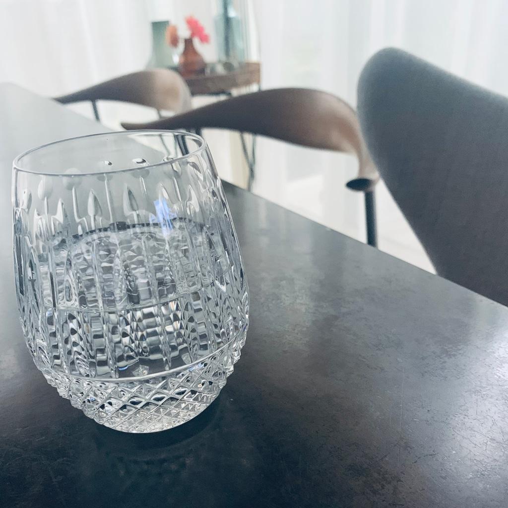 サンルイのグラスで飲む1杯の水。朝の瞑想代わりに――