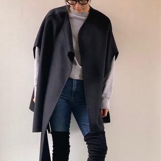 COSのケープでデニムをモードに着こなす【スタイリストの冬の羽織りもの】