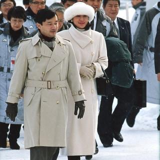 オフホワイトのロングコートにファーの帽子でクラシカルな防寒スタイル