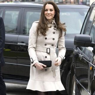 キャサリン妃の愛用のトレンチコートスタイル。期待を裏切らないそのブランドは?