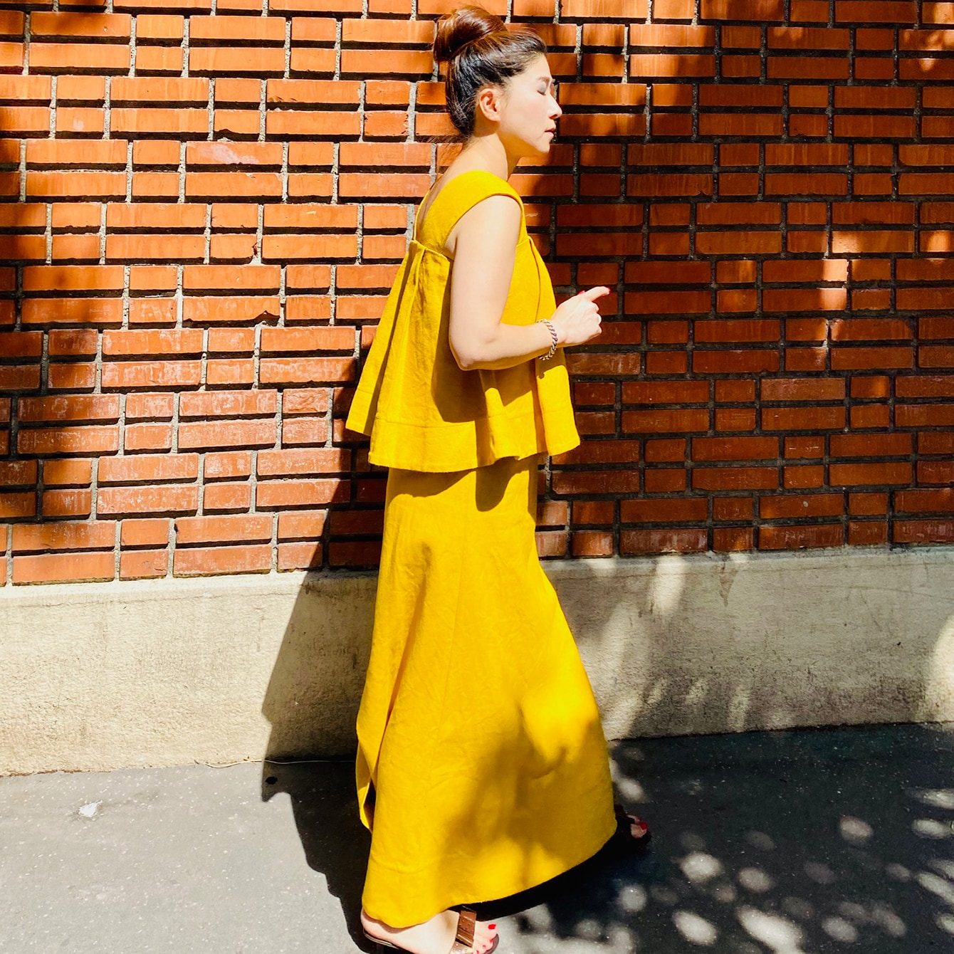 夏のお気に入り超マキシ丈のリネンスカート。小柄でも着こなすコツとは?