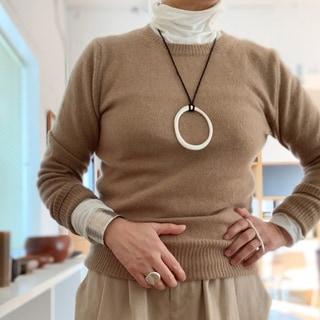 【50代ファッション】今年最後のお買いものは、心躍るシルバージュエリー