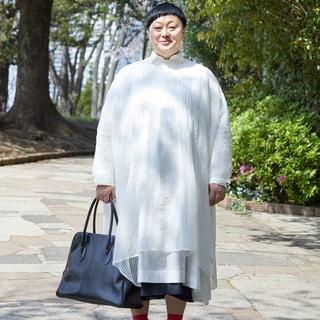 軽やかなワンピースの重ね着スタイルは昼のお出かけに【大人気ヘアメイク赤松絵利さん】