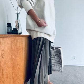 【スタイリスト大草直子】この春ヘビロテ!カオスのトレーナー&プリーツスカート