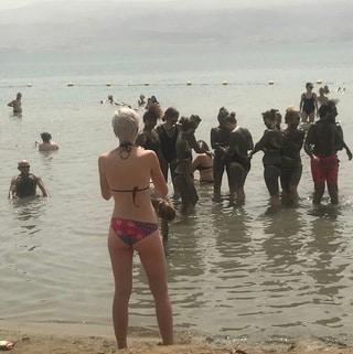 死海に浮かんでみました。