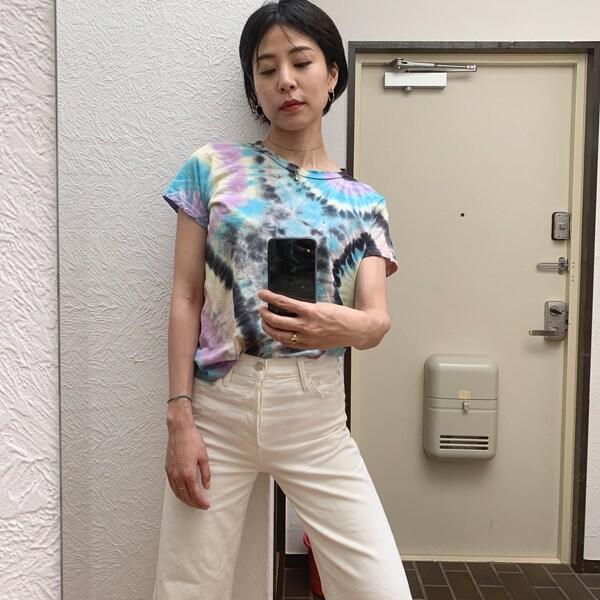 アクの強いタイダイプリントのTシャツはホワイトデニムでさらっと仕上げる!