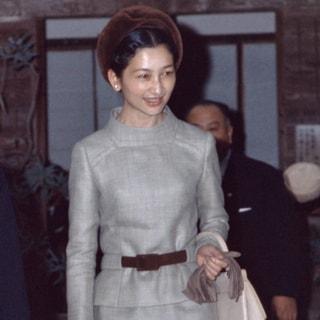 【美智子さまスタイルに学ぶ】スタンドカラーで叶う最高の品格