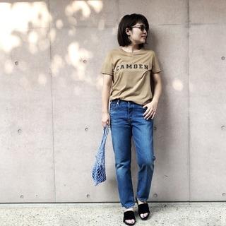 ロゴTシャツ×デニムを大人が着るならアースカラーが鍵