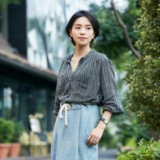 ひと目惚れスカートが主役。シンプルスタイルを高級感のあるカジュアルに