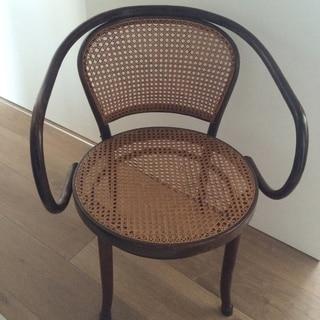 木の椅子で、時間の経過を楽しむ