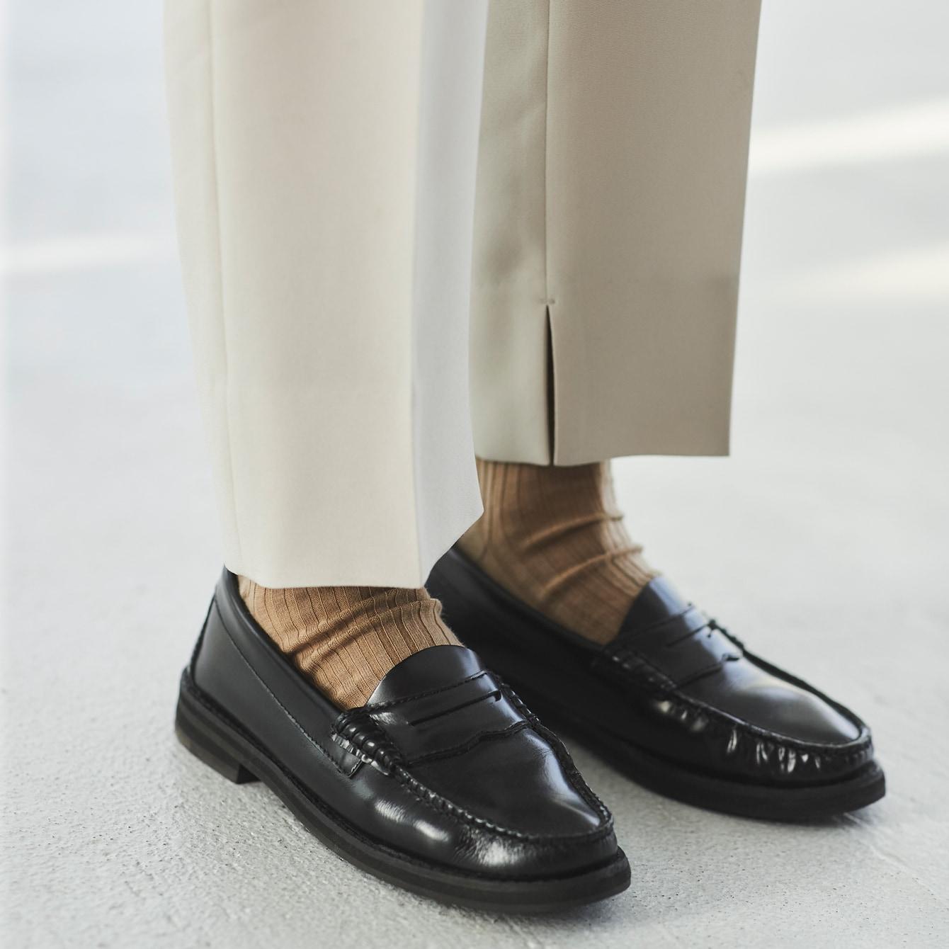 白ソックスはNG?パンツと靴の隙間「何色で埋める」悩まなくてすむ方法