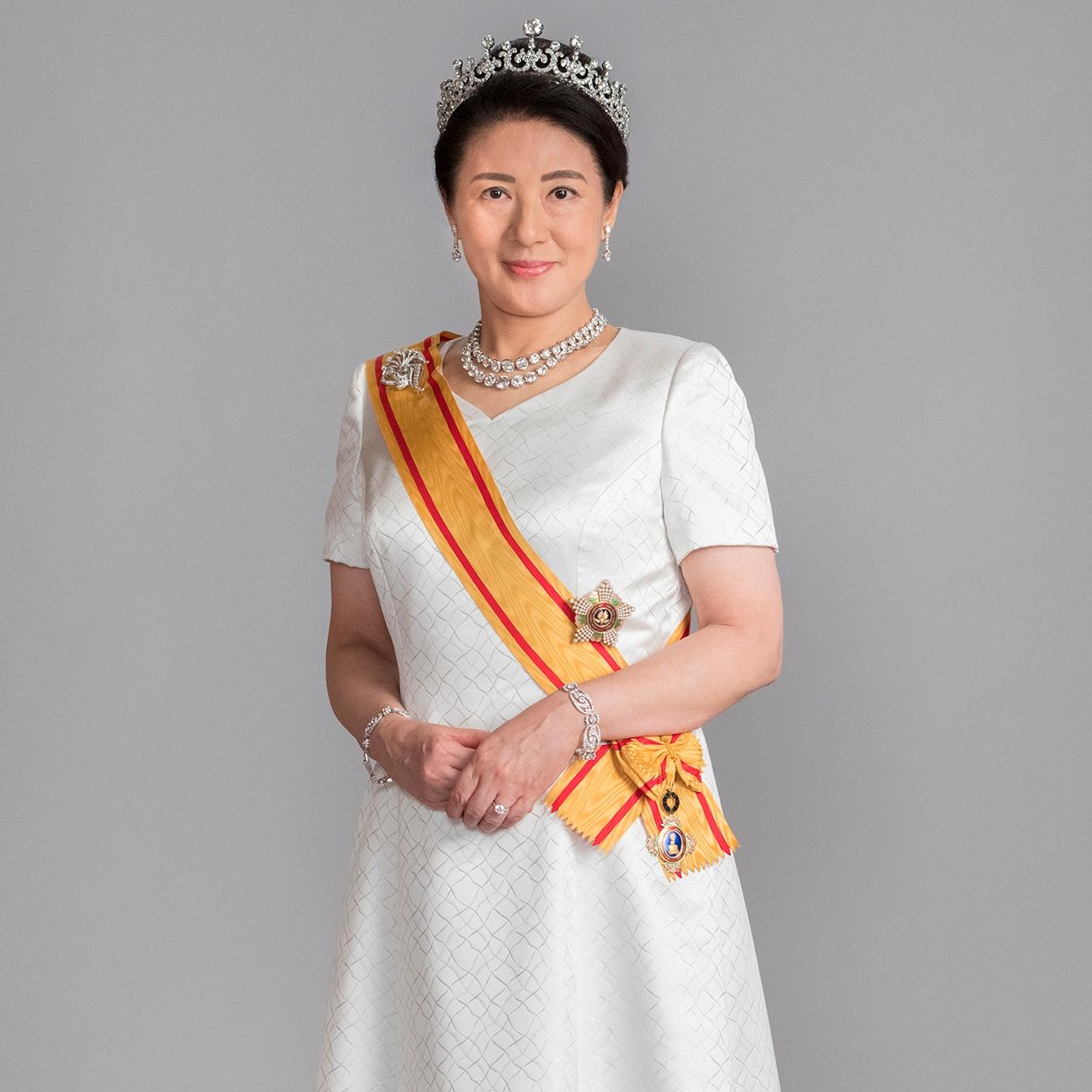 【皇后・雅子さまファッション】輝くゴールドと神聖なホワイトの眩い美しさ