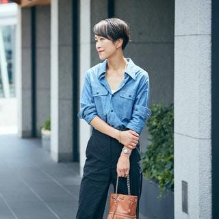 【スナップ】マディソンブルーのシャツ。小物と着こなしで女っぽく