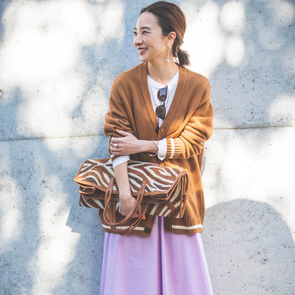 【ZARAコーデ】老けないフェミニンカジュアルの秘訣。きれい色スカートにはメンズのニット