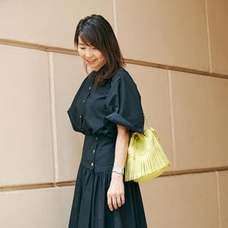 夏気分を盛り上げるカラーバッグを一点投入。オールブラックなのに華やか!