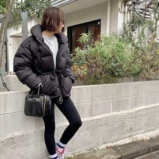 黒のダウン。新鮮に着るにはシルエットチェンジが有効!